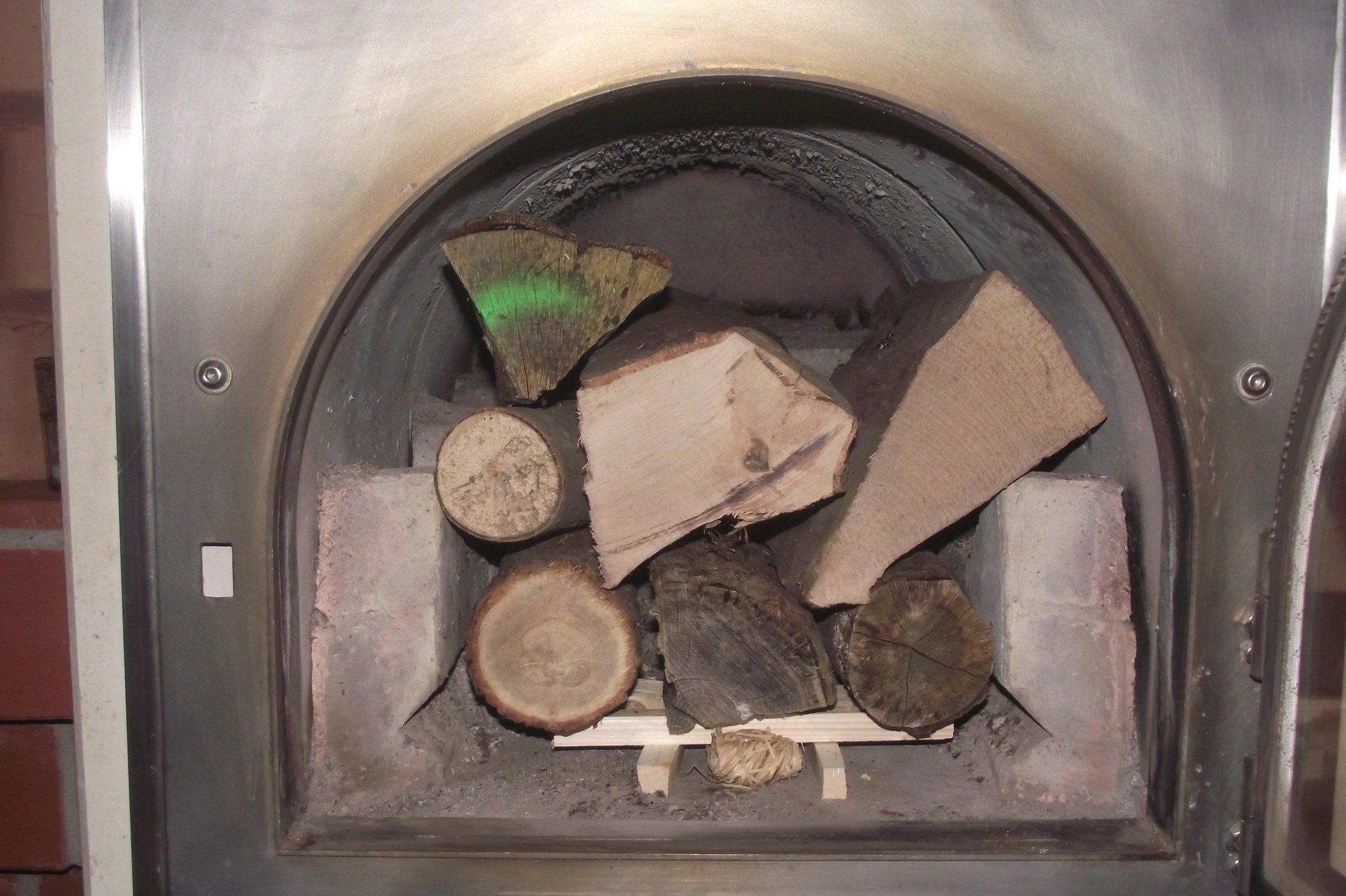 Römerofen mit Holz befüllt