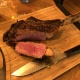 Premium-Steaks im Römerofen grillen
